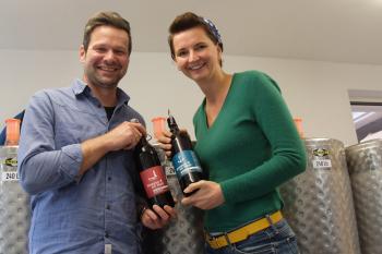 Sylvia Joeck und Henry Gidom von der Warnemünder Brauerei Hoppen un Molt eröffnen in der Warnemünder Alexandrinenstraße ein eigenes Ladengeschäft.