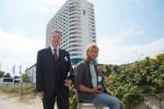 "Nils Handke, F&B Manager im Warnemünder Hotel Neptun, und der Tres Hombres-Skipper Lammert Osinga (v.l.) bei der Übergabe des ""Rostocker Rotspon""."
