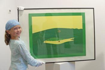 """Unterstützt Papa Alexander Gehrke gern bei der Vorstellung der Ausstellungseröffnung: die in Potsdam und Warnemünde lebende achtjährige Augusta-Mare Born. Der Mattheuer-Siebdruck heißt """"Grüner Morgen"""" und ist ab Sonnabend in der Galerie Joost van Mar zu sehen."""
