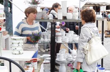 Kunsthandwerkermarkt auf dem Warnemünder Kirchenplatz