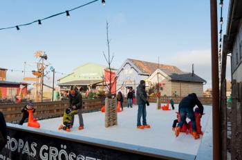 Noch bis zum 28. Februar 2016 können Schlittschuhbegeisterte auf Karls Eisbahn in Rövershagen ihr Können zeigen.