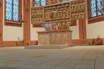 Der Altarraum wirkt hell und freundlich, alte Kerzenwachsreste wurden entfernt.