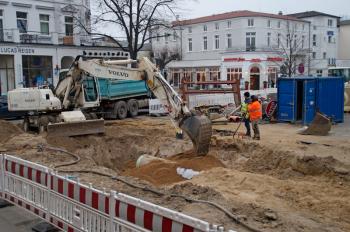 Wegen Kanalbauarbeiten wird ab Montag die Einmündung Kirchenplatz, Ecke Fritz-Reuter-Straße, voll gesperrt.