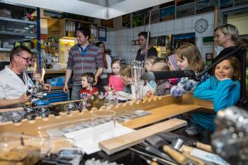 Die Universität öffnet zur Langen Nacht der Wissenschaften am 26. April 2018 wie auch die anderen wissenschaftlichen Institutionen der Region Rostock wieder die Türen ihrer Labore, Institute, Hörsäle, Kliniken und zeigt Jung und Alt die Orte, an denen geforscht, untersucht und gelehrt wird.