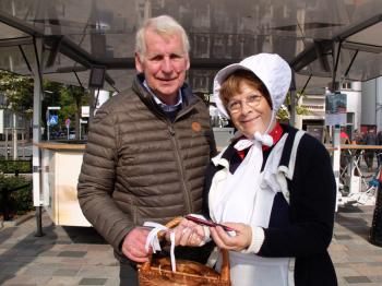 Mariken verteilte auf dem Kirchenplatz kostenfreie Lose mit plattdeutschen Sprüchen und unterstützte so das diesjährige Leuchtturm-Benefiz. Auch Moderator Horst Marx beteiligte sich an der Spendenaktion.