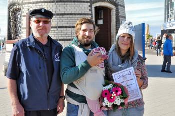 Leuchtturmmann Bernhard Autrum begrüßt Marc und Elena Christiansen als 70.000. Besucher des Leuchtturm-Jahre 2015