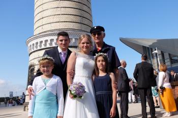Sie haben sich getraut: Josephine und Christian Redlich. Braut-Großvater und Leuchtturmmann Heinz Plautz nahm die Zeremonie hoch oben auf der zweiten Galerie selber vor. Die Blumenmädchen sind Emma (r.) und Josephine-Marie, die Nichten des Brautpaares.