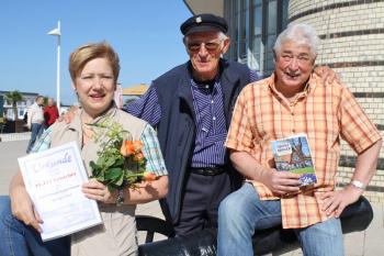 Richarda und Heinz Thoma werden durch den Leuchtturm-Mann Heinz Plautz als 60.000 Besucher begrüßt.