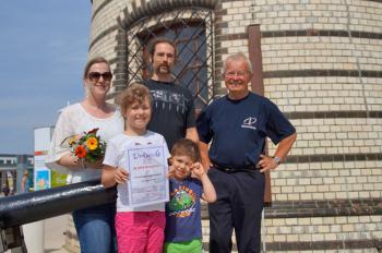 Klara Webel (2.v.l.) ist die 30.000. Besucherin des Leuchtturms in diesem Jahr. Gemeinsam mit ihren Eltern und Brüderchen Hannes macht sie zum ersten Mal Urlaub in Markgrafenheide und Warnemünde.