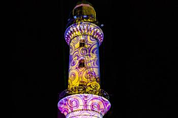 """Der Warnemünder Leuchtturm ist Lichtinstallationen """"gewöhnt"""". Beim Warnemünder Turmleuchten (Foto) ist er die """"Hauptperson"""" und wird farbenprächtig in Szene gesetzt. Wegen Auflagen des Wasserstraßen- und Schifffahrtsamts Stralsund wird die Illumination während der Lichtwoche nicht ganz so üppig ausfallen."""