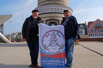 """""""Love, Peace & Turmleuchten"""" ist ab sofort das Credo der großen Neujahrsinszenierung.  Klaus Möller (l.) und Torsten Sitte freuen sich mit dieser besonderen Message auf ganz besondere Momente."""