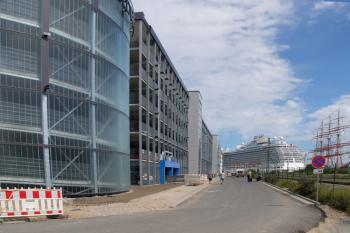 Das neu eröffnete Parkhaus am Molenfeuer mit 725 Stellplätzen hat die prekäre Parksituation in Warnemünde deutlich entschärft.