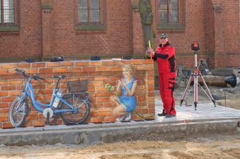 René Morholz von der Fa. Ziegler aus Bautzen beim Aufbau der Pedelec-Station auf dem Warnemünder Kirchenplatz.