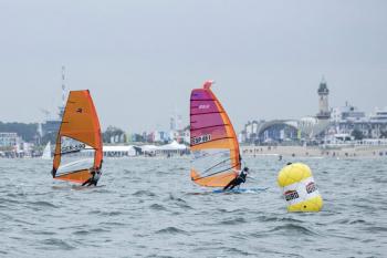 Beim Practice Race erkundeten die etwa 100 Raceboarder aus der ganzen Welt gestern das Surfrevier vor Warnemünde.