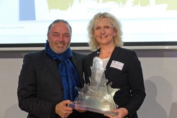 Sie haben es verdient: Martina Hildebrandt und Torsten Sitte von der Hanseatischen Eventagentur wurden für das Warnemünder Turmleuchten mit dem Marketing-Award 2015 ausgezeichnet.