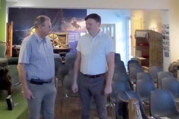Der Vorsitzende des Museumsvereins Warnemünde, Uwe Heimhardt im Gespräch mit Michael Heinz Stasi-Unterlagen-Behörde. Foto: Schubert