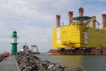 """Die Offshore-Plattform """"SylWin alpha"""" verlässt Warnemünde in Richtung Nordsee. Foto: Map"""