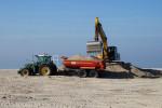 Alljährlich im zeitigen Frühjahr werden die Sandfallen am Warnemünder Strand geleert.