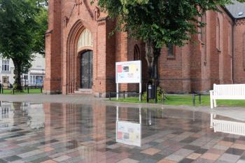 Nach heftigen Regenfällen am Freitag bildete sich vor der Warnemünder Kirche wieder eine große Pfütze. Untersuchungen haben ergeben, dass Mörtelreste und Baumaterialien in den Rohren für die Verstopfung sorgen.