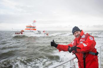 """""""Bootschafter"""" Till Demtrøder freut sich auf die Übung mit den Seenotrettern, im Hintergrund ist der Seenotrettungskreuzer"""