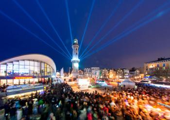 85.000 Menschen verfolgten das Warnemünder Turmleuchten - die Neujahrsinszenierung aus Musik, Feuerwerk und Lasershow.