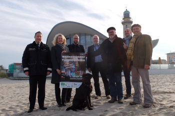 Gemeinsam mit 80.000 + Besuchern erwarten auch sie das Warnemünder Turmleuchten 2017 schon sehnsüchtig: Stefan Damrath, Martina Hildebrandt, Matthias Fromm, Michael Dietz, Klaus Möller, Jens Bergel, Torsten Sitte (v.l.) sowie Labrador-Rüde und Crew-Mitglied Paul II.