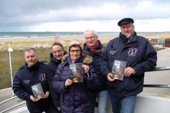 Sind stolz auf den 24. Tidingsbringer: Mathias Stagat, Inge Morenz und Klaus Möller vom Leuchtturmverein und in der Reihe dahinter Matthias Redieck und Achim Schade vom Verlag Redieck & Schade (.v.l.)