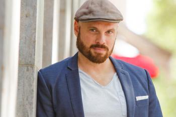 Comedy-Autor Tim Boltz will die Herzen und Zwerchfelle der Gäste im Ringelnatz Warnemünde in Bewegung bringen.