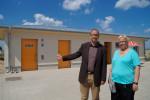Tourismuschef Matthias Fromm und Service-Mitarbeiterin Doreen Meß vor der neuen Toiletten- udn Duschanlage am Aufgang 6.