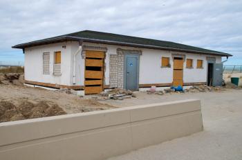 Das neue WC- und Duschhaus an der Warnemünder Strandpromenade soll zur Saison fertig sein.