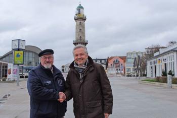 Leuchtturmchef Klaus Möller (l.) dankt dem Vorsitzenden des Tourismusvereins Rostock & Warnemünde, Frank Martens, für die Zusage einer großzügigen finanziellen Unterstützung zur Rettung des Turmleuchtens.