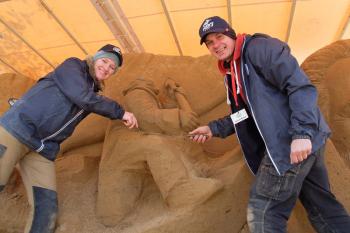 """Die lettischen Bildhauer Inese Valtere und Donatas Mockus arbeiten an ihrem Entwurf zu  """"Moby Dick"""". Am rechten Rand der Skulptur ist der Buchautor, Herman Melville, zu erkennen."""