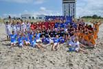 Acht Rostocker Schul- und Vereinsmannschaften kämpften gestern am Warnemünder Spiel- und Sportstrand die Beach-Soccer-WM der Weltmeister aus. Foto: Joachim Kloock