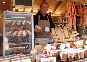 Jörg Evers bietet selbsthergestellte Eintöpfe und Fleischgerichte in Gläsern von Bio-Höfen an.