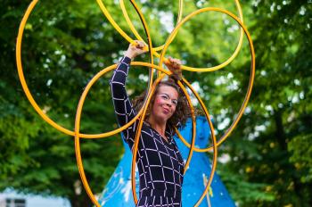 """Die Hula Hoop Artist Show """"Sally – Das impulsive Waldwesen"""" ist bei der Wald-Kultur-Nacht zu erleben."""