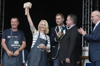 Ministerpräsidentin Manuela Schwesig und Oberbürgermeister Roland Methling eröffnen die 27. Hanse Sail.
