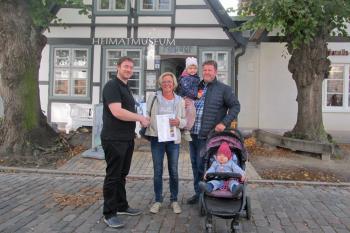 Museumsleiter Christoph Wegner begrüßte Ina Horbrlant als 10. 000. Besucherin des Jahres. Begleitet wurde die Lehrerin von Ehemann Olaf und den Enkelinnen Mara (3) und Hedi (1).