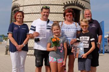 Die Schatzmeisterin des Leuchtturmvereins, Inge Morenz (l.), und der Vereinsvorsitzende, Klaus Möller (r.), begrüßten heute Uwe Stiller aus Pirna als 50.000 Leuchtturmbesucher des Jahres. Gemeinsam mit Ehefrau Ramona und den beiden Enkelchen Sarah und Tim verlebt er einen Kurzurlaub in Warnemünde.