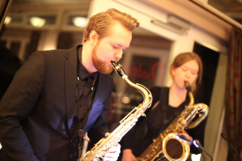 """Die Veranstaltungsreihe """"Kultur trifft Genuss"""" wird gestaltet durch Künstler der Hochschule für Musik und Theater (HMT). Hier zu sehen: Philip Brügge und Katharina Wieben"""