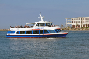Die Blaue Flotte bietet neben Hafenrundfahrten, Charterfahrten und Ausflugsfahrten auch einen Liniendienst zwischen Rostock und Warnemünde an.